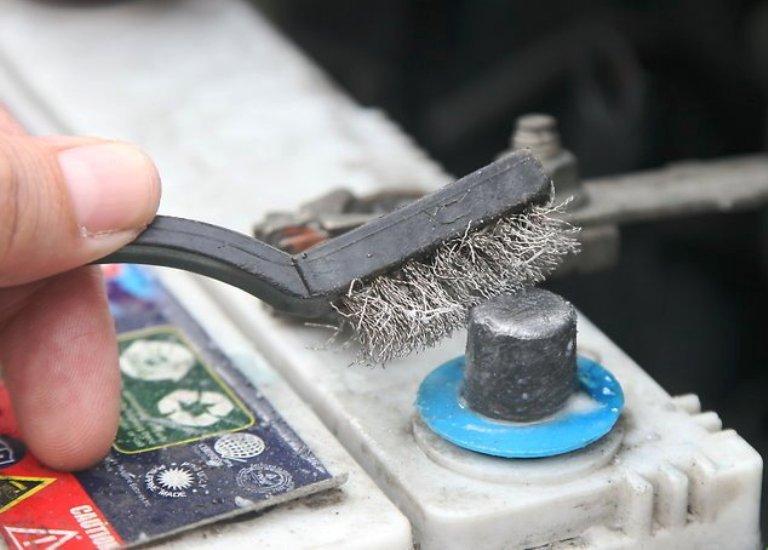 Как очистить клеммы аккумулятора