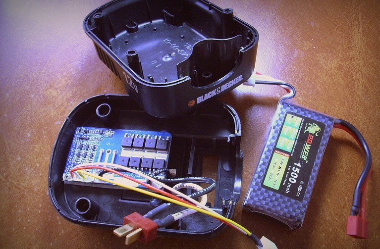 Процесс демонтажа корпуса аккумулятора