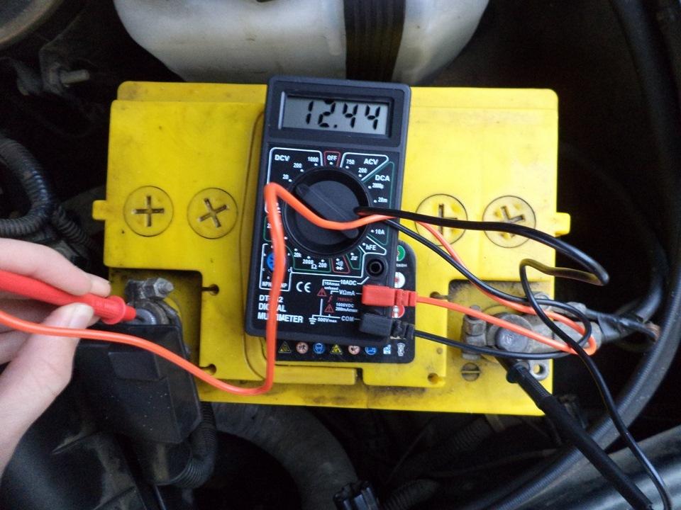 измерение напряжения автоаккумулятора