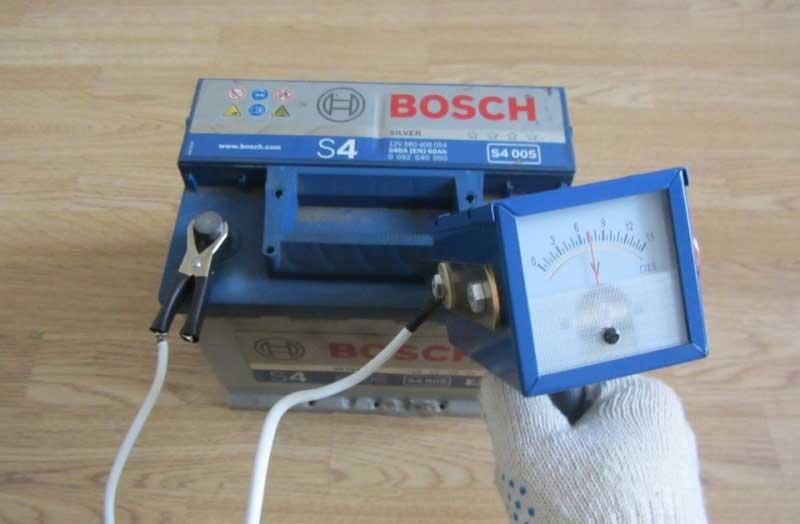 проверка напряжения аккумулятора нагрузочной вилкой