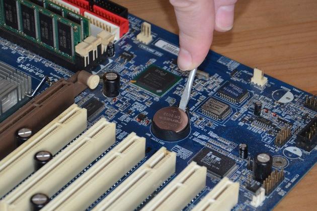 вытаскиваем батарейку BIOS