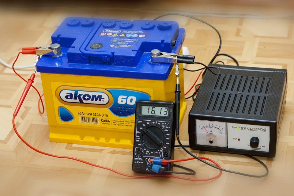 Напряжение автомобильного аккумулятора: минимальное иполностью заряженного,под нагрузкой и без нее, а также какой должен бытьнормальный заряд АКБ