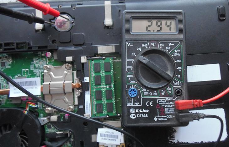 Как-проверить-заряд-батарейки-БИОС-мультиметром