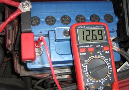 как проверить емкость аккумулятора мультиметром