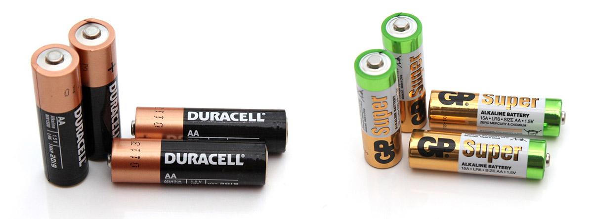 Батарейки АА торговой марки Duracell (слева) и GP (справа).