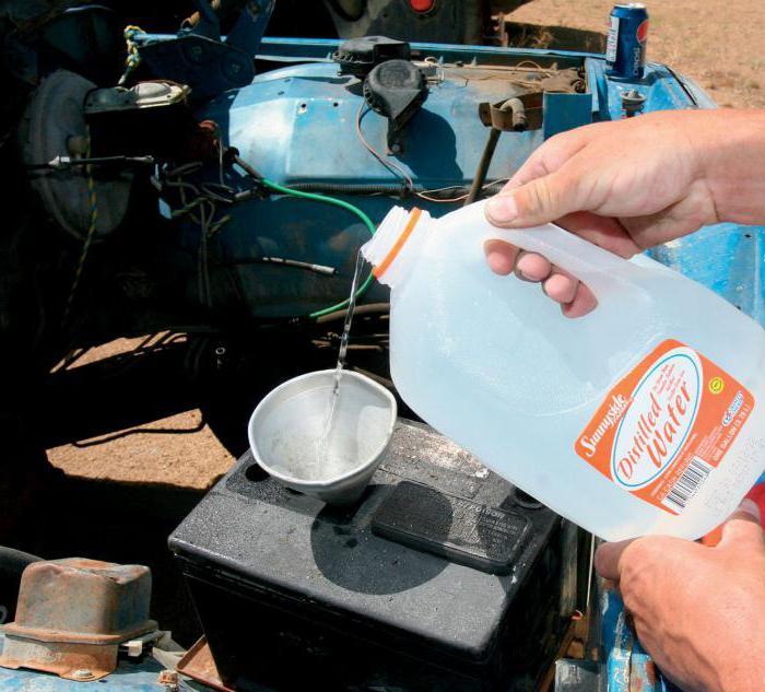 Долив дистиллированной воды в АКБ