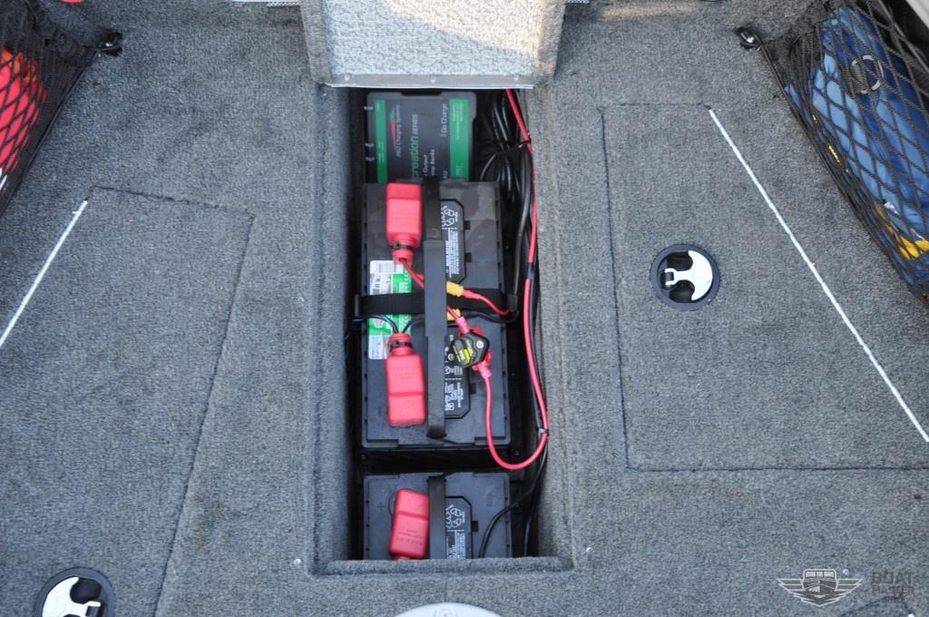 Крепление аккумулятора в лодке