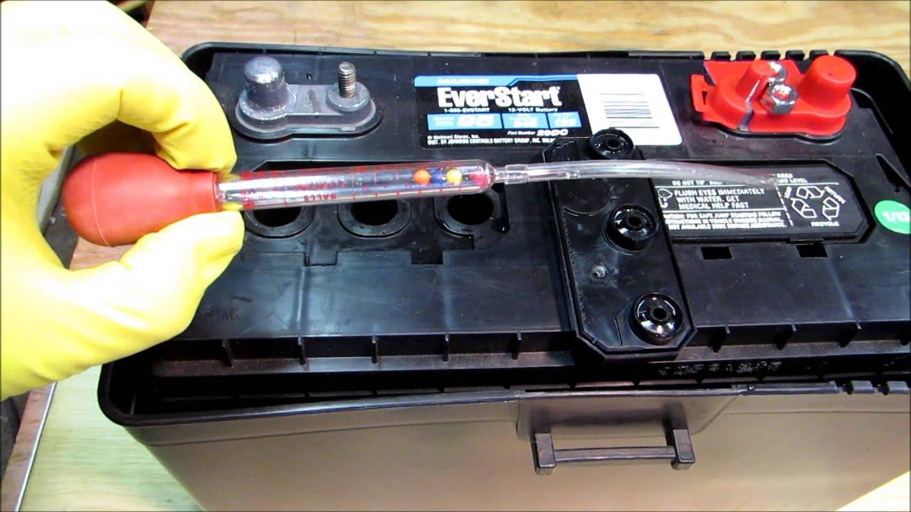 Замер уровня электролита в аккумуляторе