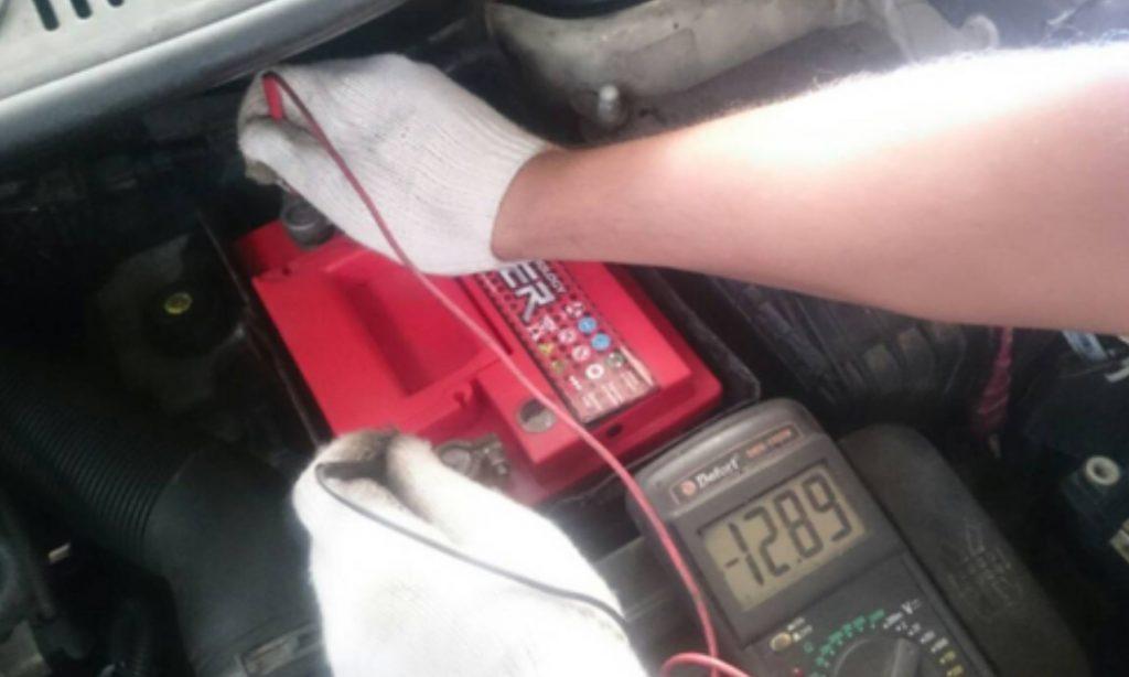 Почему горит лампочка аккумулятора на панели приборов